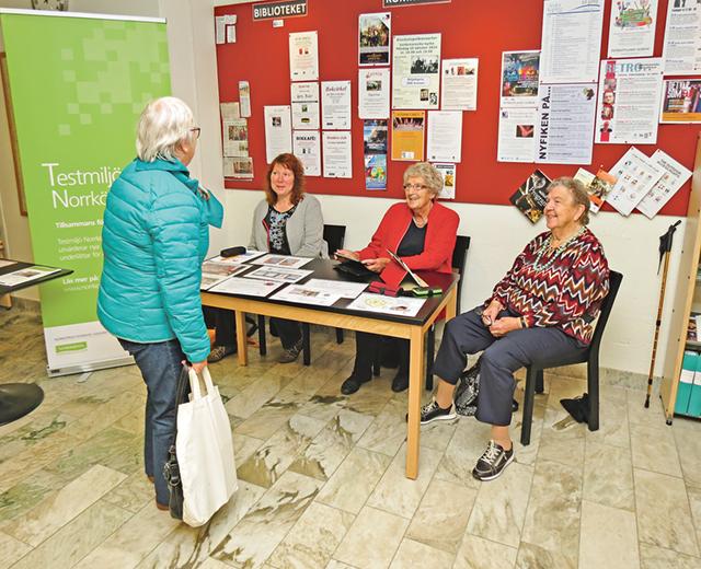 På plats i Valdemarsviks bibliotek var Ann-Christine Larsson, Marianne Carlberg och Sara Hercules för att informera inte minst äldre om fördelarna att använda IT med hjälp av surfplatta.
