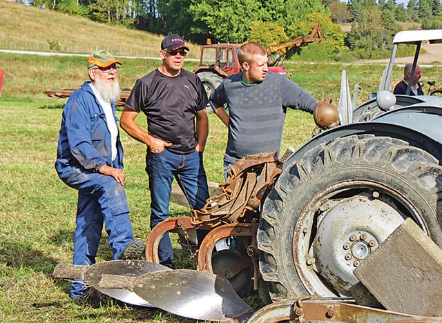 Traktorsnillen spekulerar! Från vänster Ola Andréasson Mogata, samt Håkan och Johnny Bergström, Ringarum.