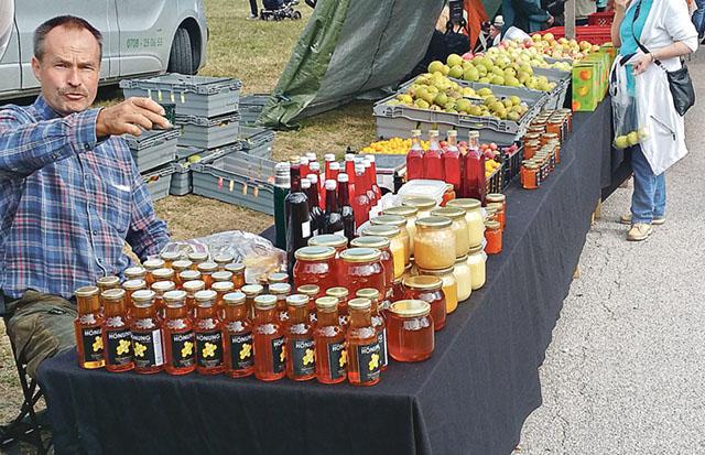säljs det honung i långa banor men även annat förädlat av årets skörd.