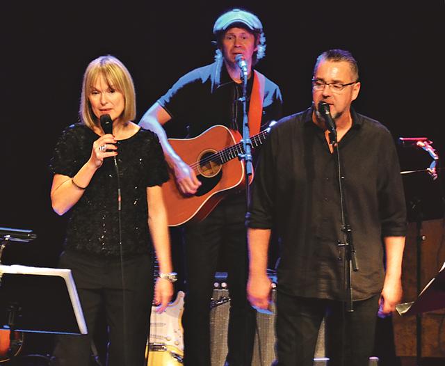 CajaStina Åkerström och Jack Vreeswijk framför sina fäders verk med humor, glädje och mycket kärlek.
