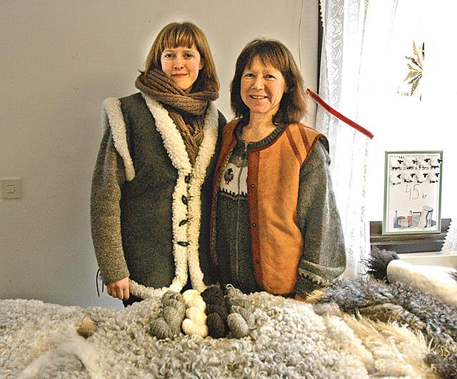 Linnea och Marie Ragnar från Ydrefors sålde fårskinn och andra produkter på julmarknaden.