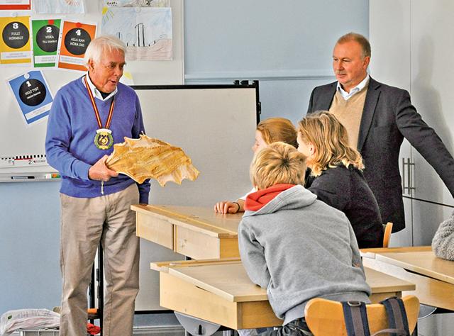Bo Mellqvist förevisar en torkad långa för eleverna.
