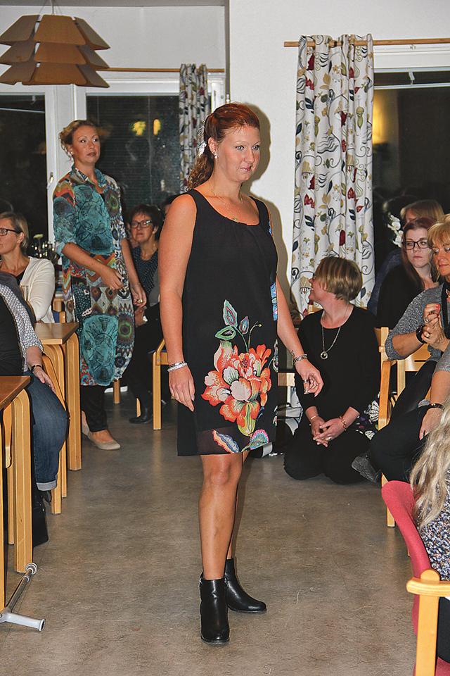 """Emelie Andersson i """"den lilla svarta"""" dock med ett vackert blommönster á la Desigual på."""
