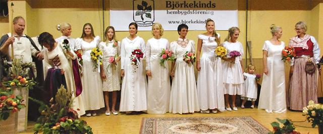 Mannekänguppvisning med brudklänningar från de senaste 70 åren.. Bilder: BJÖRKEKINDS HEMBYGDSFÖRENING