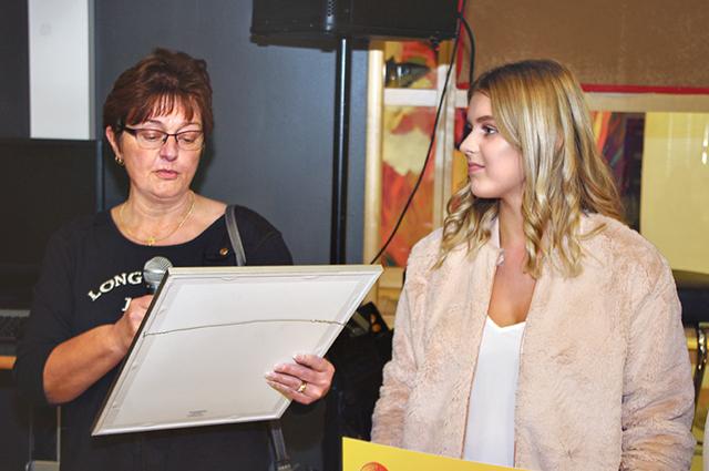 Pia Dingsten (S) läste upp juryns motivering till varför Elsa Göransson blev årets kulturstipendiat.