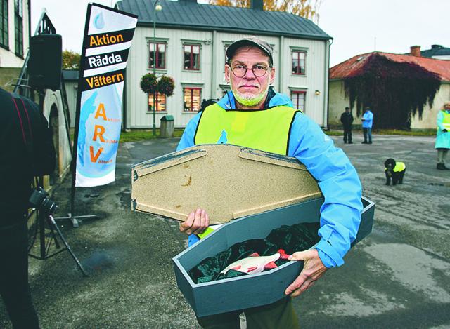 Roland Thörnqvist har en likkista med sig när ARV, Aktion Rädda Vättern, håller en manifestation mot försvarets skjutningar i Vättern.
