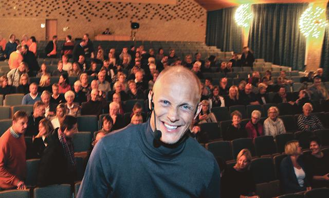 Tobias Karlsson, för allmänheten kanske mest känd som dansare och danslärare i tv:s Let's Dance, fyllde aulan i Petrus Magniskolan i Vadstena med sin föreställlning om sin livsresa från mobbing till världssuccé. Bild: CHRISTER ELDERUD