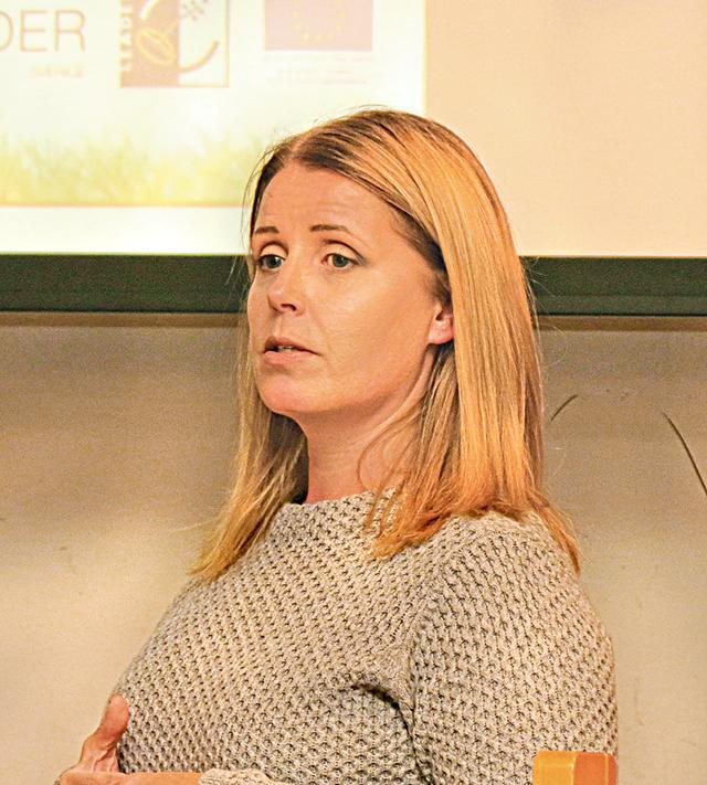 Projekthandläggare Anette Viheriälä från Kustlandet berättade om vilka stödmöjligheter det finns för denna period och hur man ska gå tillväga för att söka.