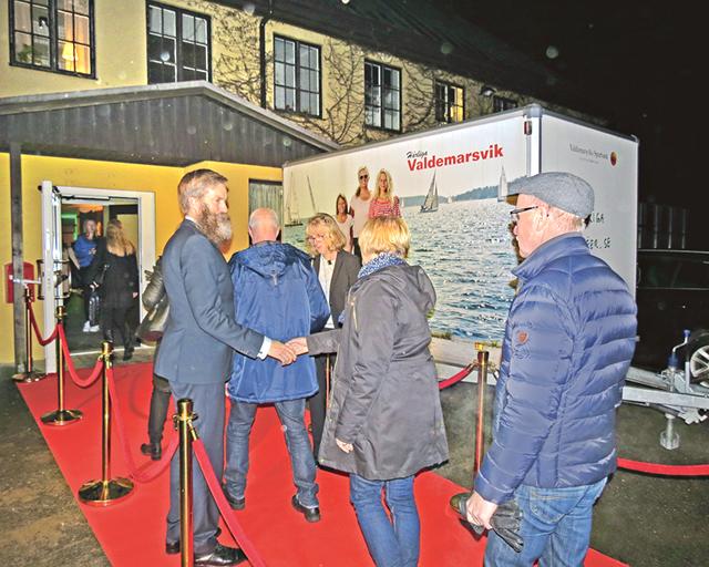 Röda mattan var utrullad och där välkomnades alla personligen av Håkan Eriksson, vd på Valdemarsviks Sparbank, och kommunchefen Monika Hallberg.