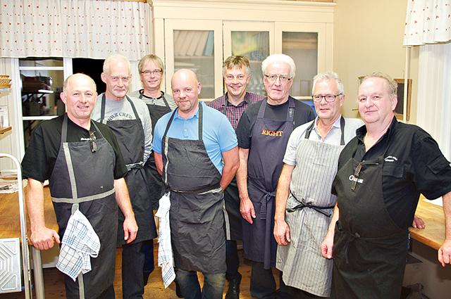 Kvällens glada herrar i bygdegårdens kök, två deltagare hade laga förhinder. Från vänster: Roger Bodin, Stefan Andersson, Ulf Runmo, Håkan Pettersson, Torbjörn Nordborg, Anders Tjernström, Weine Johansson och Tomas Månsson.