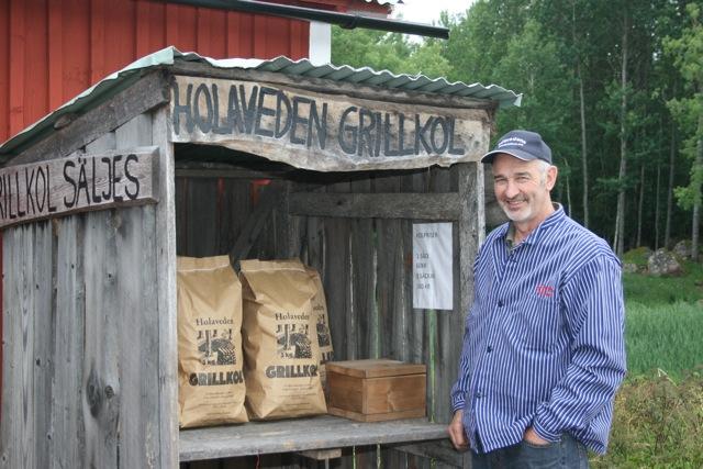Stellan Thagesson, ordförande i Holavedens handelshus sedan 10 år, vid sin kiosk där han säljer grillkol.