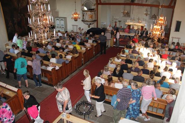Kyrkan fylldes till sista plats av uppretade Tjällmobor som tycker att nedläggningen av och informationen till alla berörda på äldreboendet Granliden har skötts mycket dåligt.