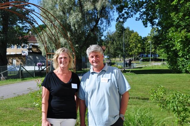 Verksamhetschefen Anna Södergren och James Danielsson, ungdomspedagog och gruppledare. I bakgrunden syns Björsäter skola med multiarenan.