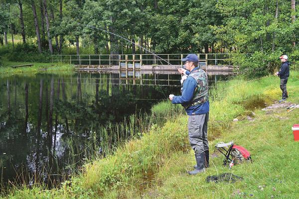 Oscar tycker det är enkelt och bra att kunna köpa fiskekort i automat eller online när han ska fiska i Magnehulteån.