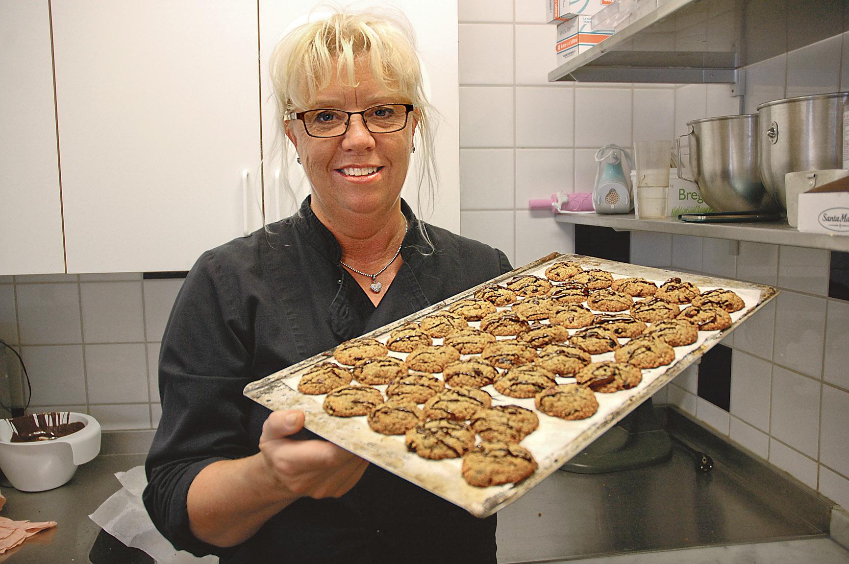 Ulla Pettersson med en plåt nygräddade Solkakor – en festligare småkaka som utsågs till Årets Östgötabakverk och introducerades under ÖstgötaDagarna 5 och 6 september. Till: vänster: Solkakan är laktos-, gluten-, nöt- och mandelfri så att den kan ätas av nästan alla.
