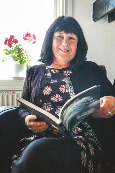 """Gudrid Hansen från Horn har samlat tidningskrönikor och tidigare opublicerad lyrik i sin nya bok. Och en del av texterna är på """"öschötska"""", eller kanske närmare bestämt Kindadialekt."""