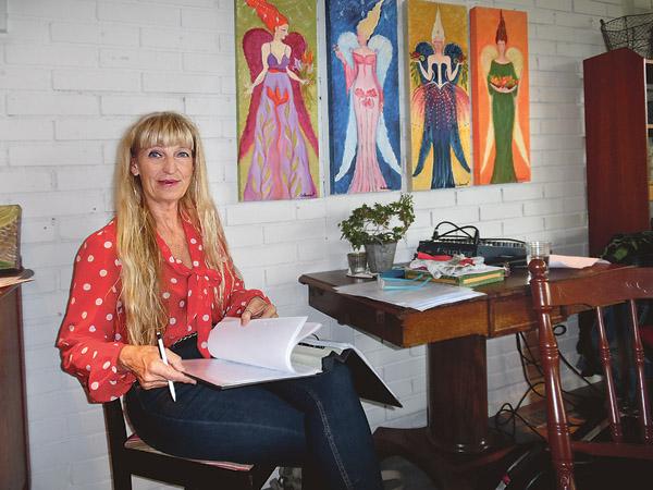 Den som letade sig till Albacken under Östgötadagarna hade chansen att träffa konstnären Annlouice Silverwitt som höll vernissage där både färgstark konst och musik ingick.