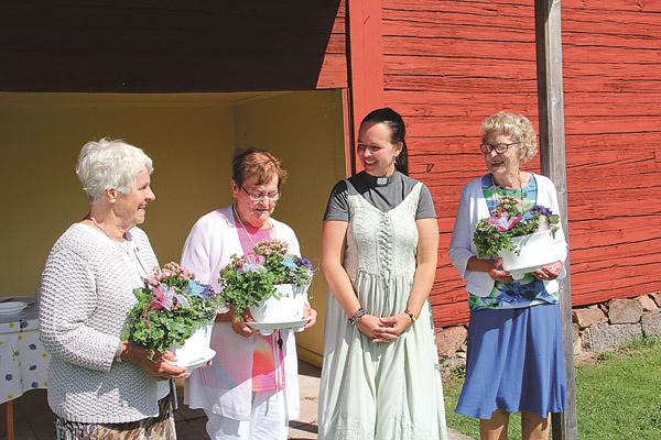 Ingegärd Folkesson, Birgitta Carlsson, prästen Susanne Angelöf och Inga-Britt Pettersson fick varsin vacker blomstergrupp för sitt osjälviska och mångåriga arbete inom Luciakretsens syförening i Tjällmo.