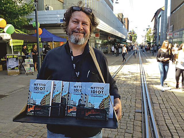 """Under Augustifesten gick författaren Daniel Söderqvist runt med en låda på magen och sålde riktigt bra av sin första bok. Istället för en polis som löser mordfall är det här reportern John Carlsson som är huvudperson. """"Jag måste ju skriva om nåt jag genuint kan och då är det bättre att huvudpersonen är en tv-reporter än en polis"""", säger Daniel och berättar att hans egen personlighet kan spåras i de flesta av bokens figurer."""