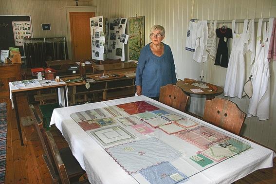 Ingrid Wiklund vid ett bord med syslöjdsalster.