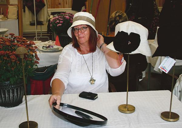 Marie Hedeving provar en av sina hattar.