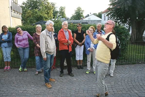 Urban Bäckström illustrerar Sven Jerring i en lös talarstol.