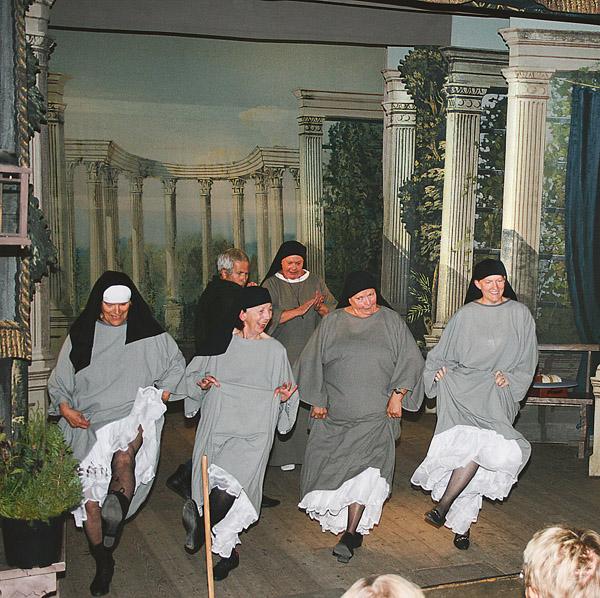 Nunnorna dansar med sina tillspetsade underkjolar.