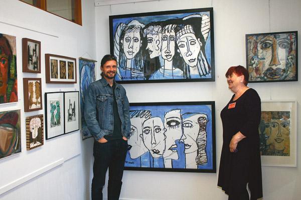 Mattias Liljeqvist har ramat in Tove Mor Almviks två verk Blå I och Blå II. Mattias har deltagit i tio konstrundor men kan i år vara besökare.