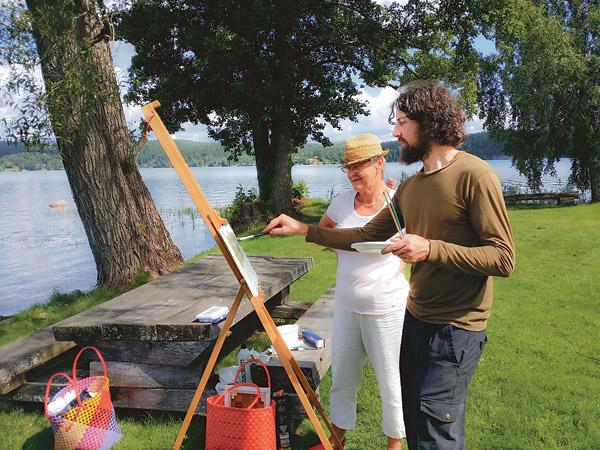 Christina Sjögren instrueras av Ydrekonstnären zacheria kramer. Det finns gott om inspirerande motiv i den vackra Torpabygden.