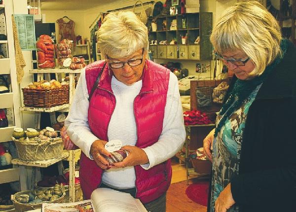 Kerstin Holm från Hogstad rådfrågar Carina Juberg som driver garnbutik i Krigsberga.