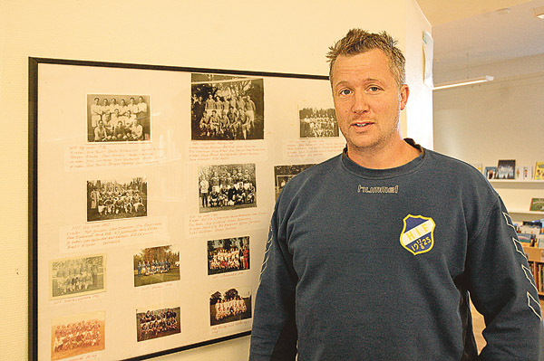 Här visas tidigare laguppställningar och Jesper Wahlström konstaterar att det var ganska gott om spelare förr. Jesper är inne på sitt tredje år som ordförande i Hägerstad IF.