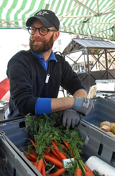 De små kålrötterna är jättegoda att tillaga i ugnen, påpekar Daniel som säljer grönsaker på skördemarknaden i Skänninge.