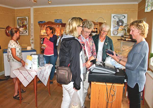 Man kunde köpa ostkaka, ostar och annat smått och gott vid Brostorps ostkakebageri.
