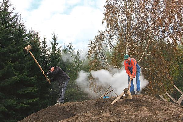 Sven och Sven med efternamnen Axelsson respektive Hellqvist klubbar milan så det inte ska bli några hålrum. Ett mycket ansträngande arbete.