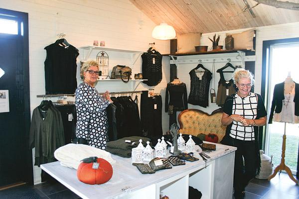 Butiken Lilla Hus Collection är personligt inredd. Kunden Susanne Karlsson och Birgitta Svensson har trevligt tillsammans.