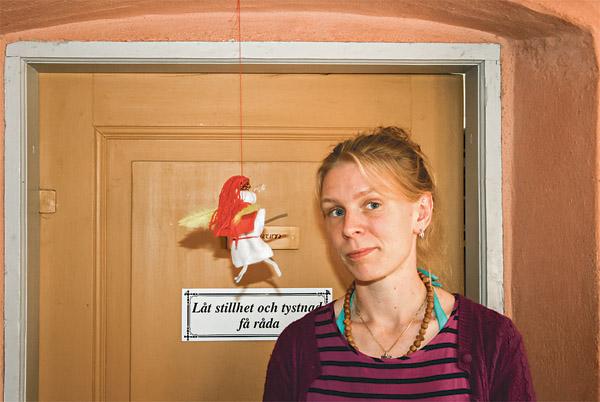 Elin Målqvist vid sin ängel i utställningen om kärlek i Pilgrimscentrum.