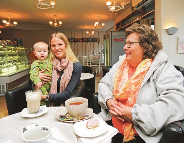 Rosa Jonsson (här med dottern Erna) och Beatrice Larsson är två centerpartister från Valdemarsvik som sitter med i leaderområdet Kustlandets styrelse.