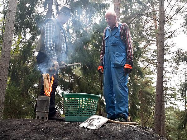 Milan i Torpa spred en härlig doft i skogen. Det var ett 50-tal nyfikna som kommit för att uppleva det gamla hantverket.