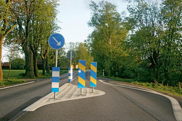 Nu har väg 919 tätortsportar med både pil och pålar på ena sidan av vägen.