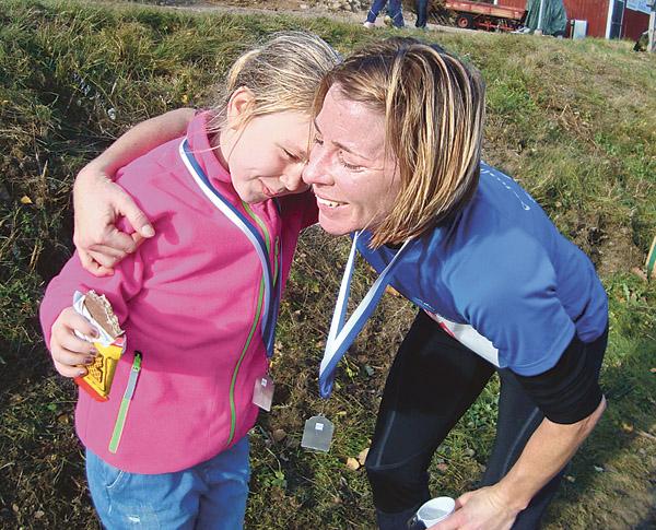 """Mamma Ann Elofsson har sprungit 14 kilometer och kramar om sin dotter Tilde. """"Det här gjorde vi bra!"""""""