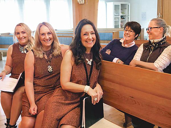 Helena, Cristina och Catharina Lekander, är tillbaka i Boxholm och har precis träffat ett par klasskamrater från grundskolan, nämligen Catrin Andersson och Evalena Fasth.