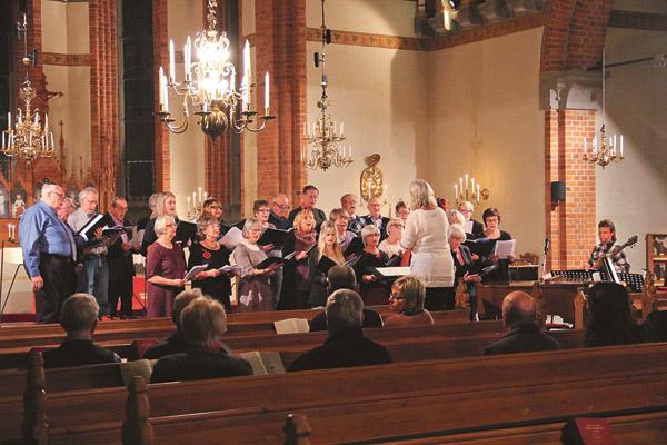 Ekumeniska kören under ledning Kristin Svensson och Roland Axelsson.