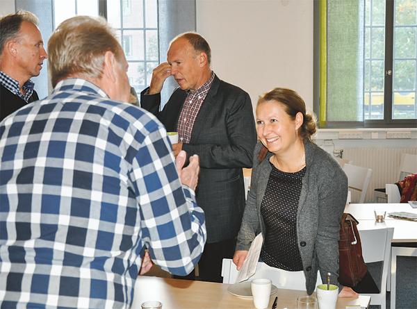 Ämnet engagerade och samtalet fortsatte efter presentationerna. Charlotte Elander, Energifabriken, diskuterar med Bengt Samuelsson, Torpa gård.