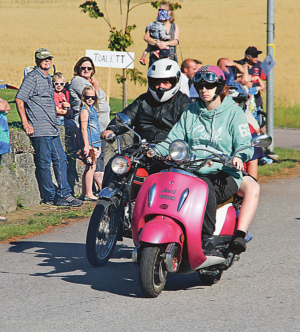 Ett par av de 140 mopedister som gav sig ut på rally i skogen.