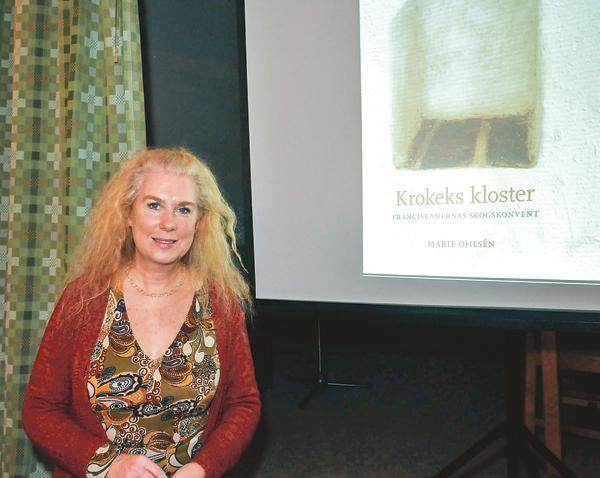Arkeolog Marie Ohlsén berättade om undersökningarna av klosterområdet vid Västra Vikbolandets församlings novemberträff.