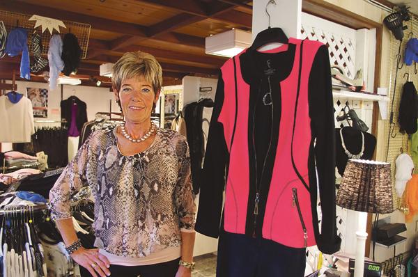 Anne Sjöström firar i år 40-årsjubileum med sitt företag Parant i Västra Husby. Hon saluför moderna kvalitetskläder för kvinnor från 30 år och uppåt.
