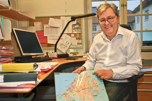 Dag Samuelsson, utredare på tekniska enheten i Vadstena, visar på kartan hur cykelvägen går.