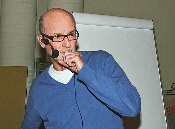 Urban Bäckström, eftermiddagens talare, prövar ljudet.