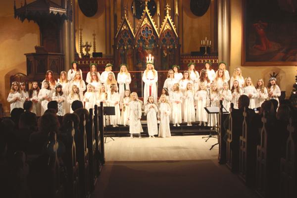 Åtvidabergs Lucia, Olivia Nordh, har nu krönts och fortsätter att framföra julvisor med sina tärnor förstärkta med kyrkans barnkör och Chorus Mix.