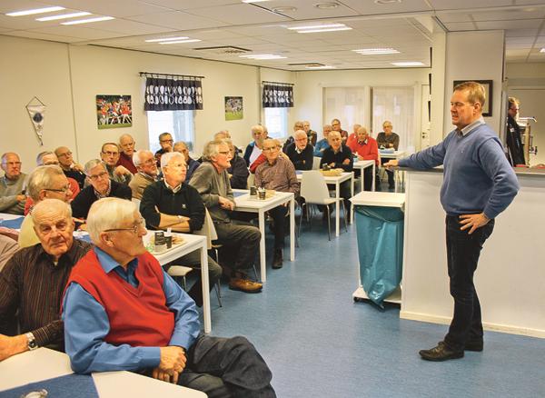 ÅFF:s nytillsatta Klubbchef Lars Wilhelmson presenterar sig för de församlade Veteranerna och berättar vad han har framför sig att arbeta med.